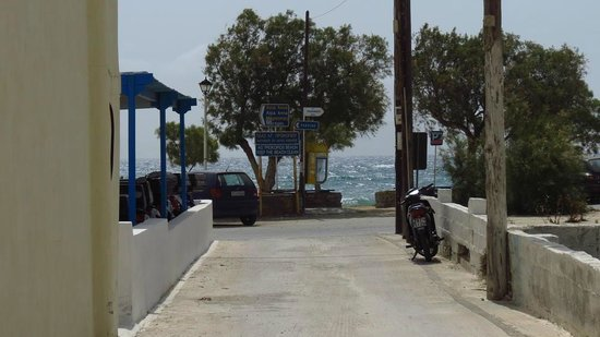 Hotel Katerina: approaching Agios Prokopios beach on the road from the hotel