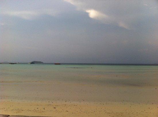 Phi Phi Island Village Beach Resort : Maré baixa