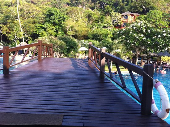 Phi Phi Island Village Beach Resort : Piscina