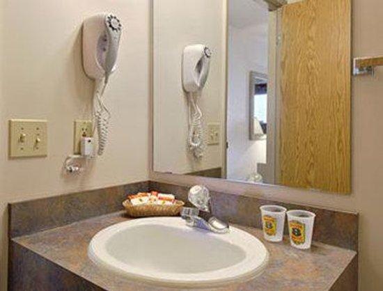 Super 8 Pincher Creek AB: Bathroom