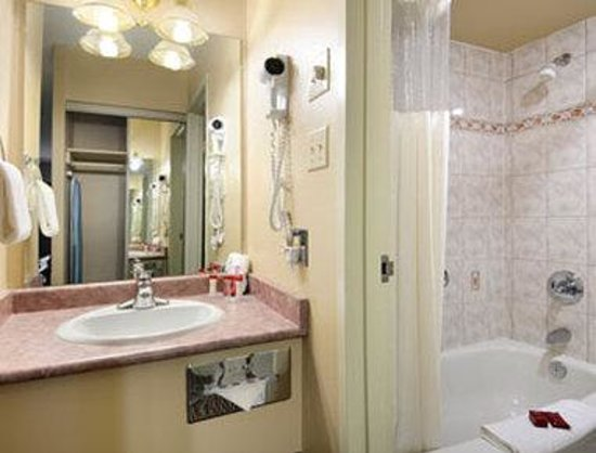 Ramada Victoria: Bathroom