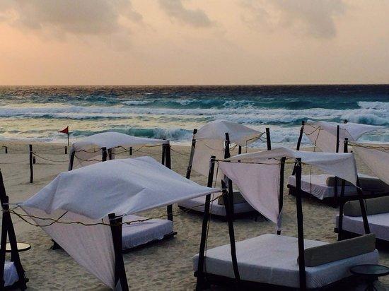 ME Cancun: Bali beds!!!