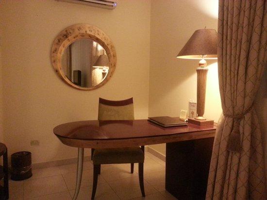 Toscana Inn Hotel: Escritorio