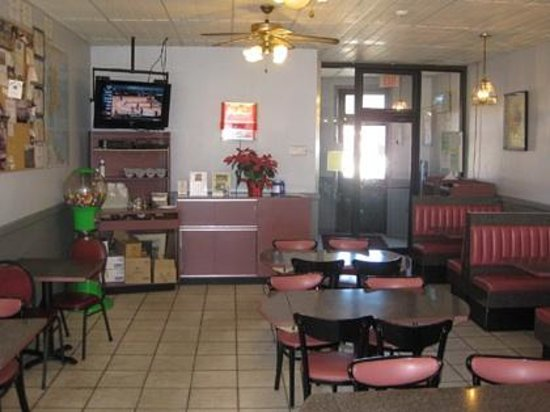 Acton New London Style Pizza: Large dining area