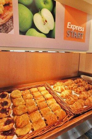 Holiday Inn Express Birmingham, Redditch: Breakfast Bar