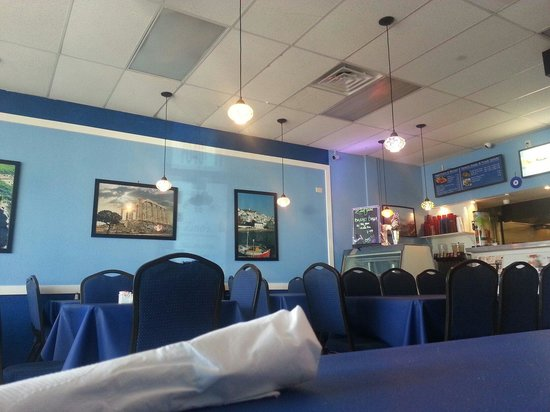 ZINO'S Greek Restaurant: Before the rush...time for gyros