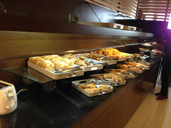 NH Vienna Airport Conference Center: bread selection at breakfast buffet