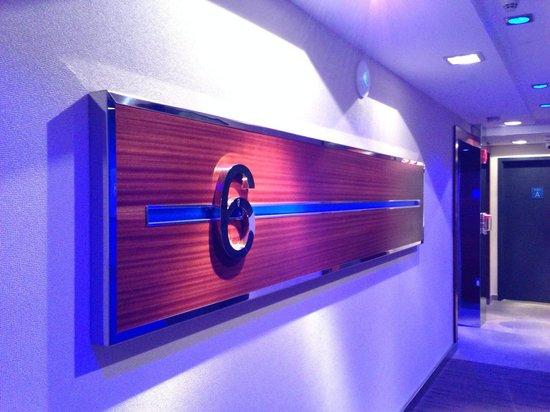 Hotel Le Bleu: Hallway by elevator