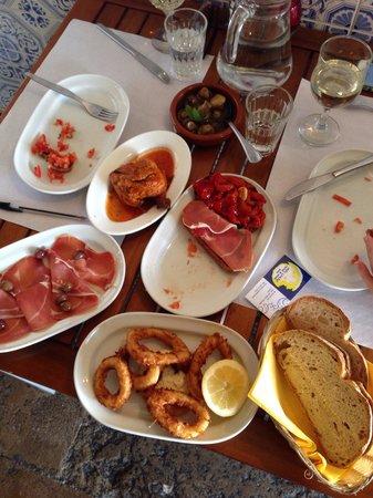 Meu limao Tapas & Wine Bar : Mushrooms, piri piri chicken, calamari is amazing