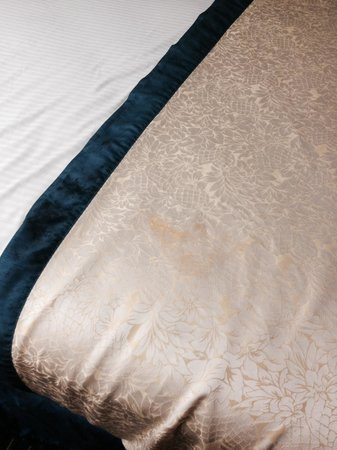 Best Western Inn: Stained bedding