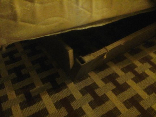 Florida Beach Hotels: bed falling a part