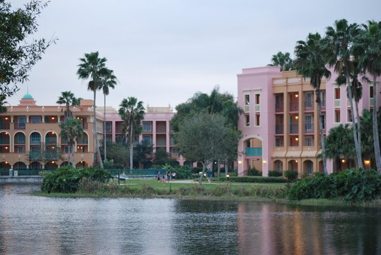 Disney's Coronado Springs Resort : Beautiful property and themed buildings