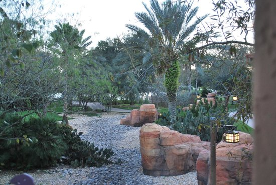 Disney's Coronado Springs Resort: Gorgeously maintained grounds and walkways