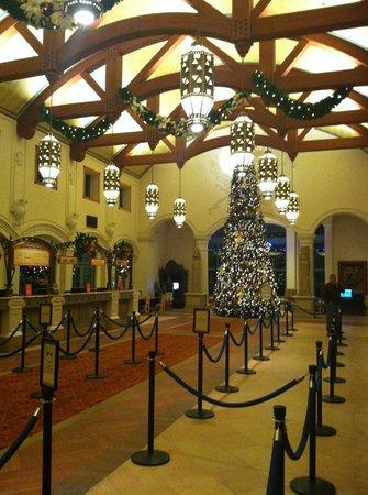 Disney's Coronado Springs Resort : Lobby beautifully decorated for Christmas!