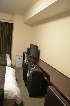 Dormy Inn Kurashiki: Bench where luggage can be stowed under
