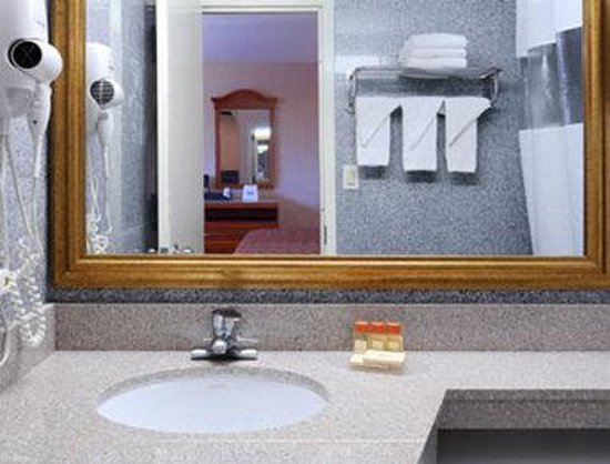 Days Inn Long Island/Copiague: Bathroom