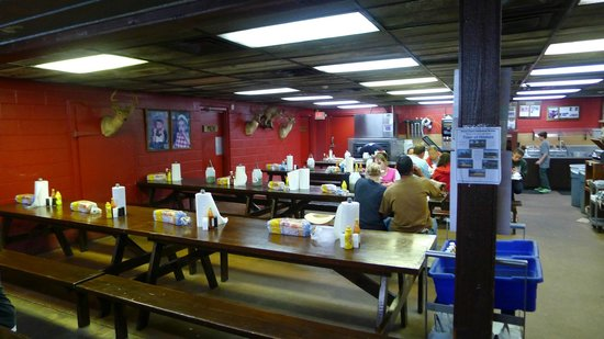 Coopers BBQ: The dining area