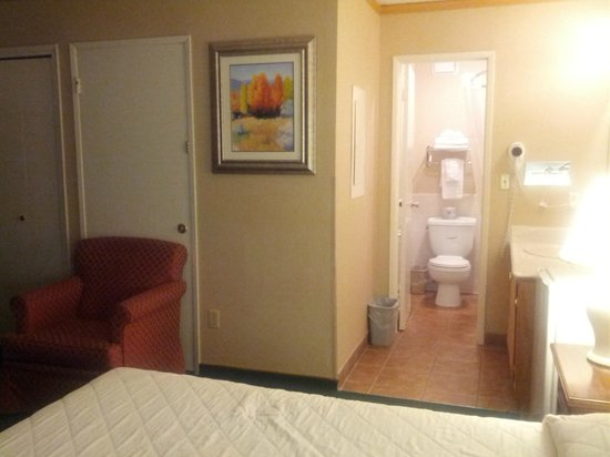 Super 8 Canoga Park: Well maintained bathroom