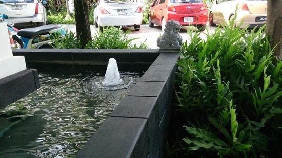 Centara Anda Dhevi Resort and Spa: entrance gate side fountain