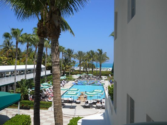 Kimpton Surfcomber Hotel: View from stairs