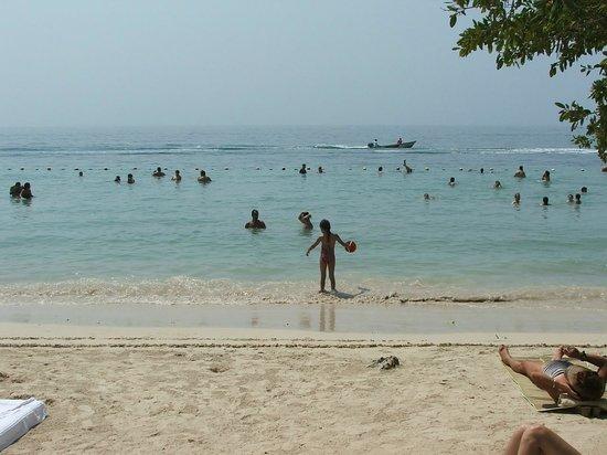 Hotel Isla del Encanto: A praia é demarcada por bóias. Dá pé em todo o trecho demarcado