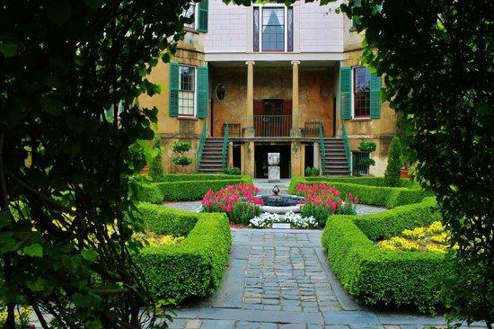 Columbia Square: Davenport Garden
