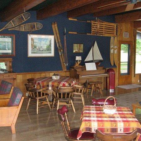 Birchwood Inn: Fireside Room