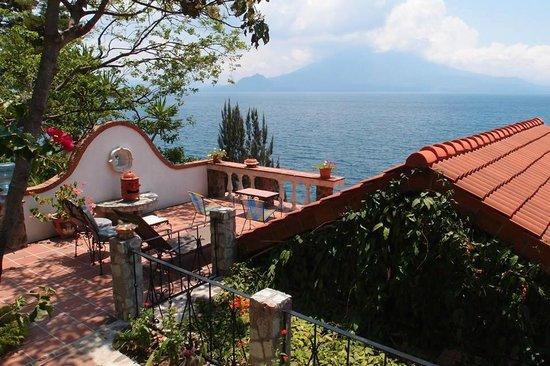 Hotel La Casa del Mundo: Landscaping and patios