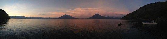 Hotel La Casa del Mundo: Sunrise on the lake