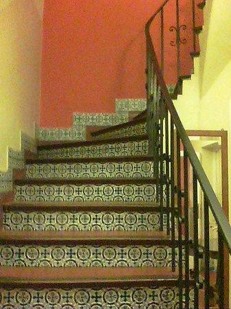 Hostal Pueblo Andino : La escalera azulejada que lleva al primer piso