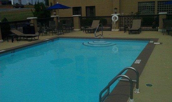 Holiday Inn Express Burlington: Refreshing Outdoor Swimming Pool