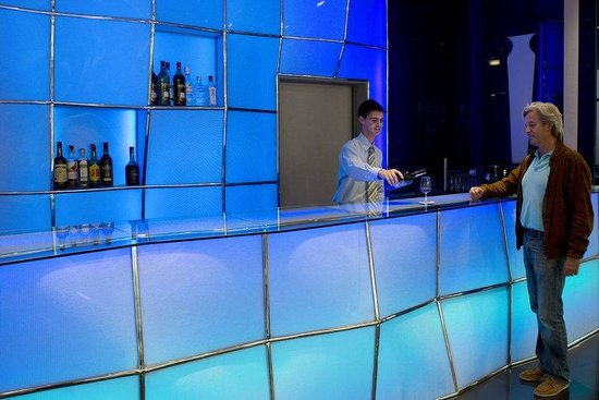 Holiday Inn Express Lisbon Alfragide: Make yourself at home in our avant-garde 24-hour Lobby Bar