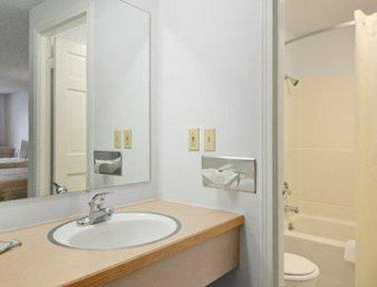 Motel 6 East: Bathroom