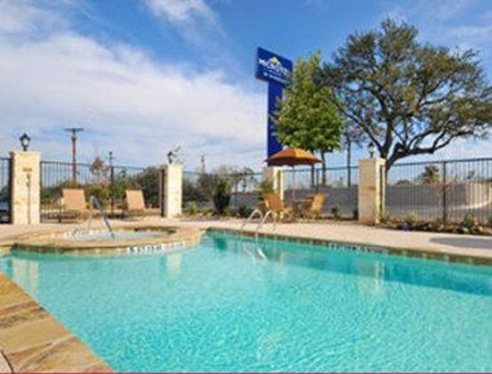 Microtel Inn & Suites by Wyndham San Antonio by Seaworld : Pool