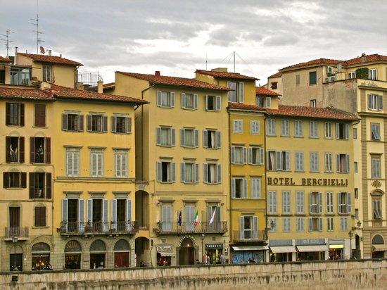 Hotel Berchielli : Front of the hotel on the Pont Vecchia