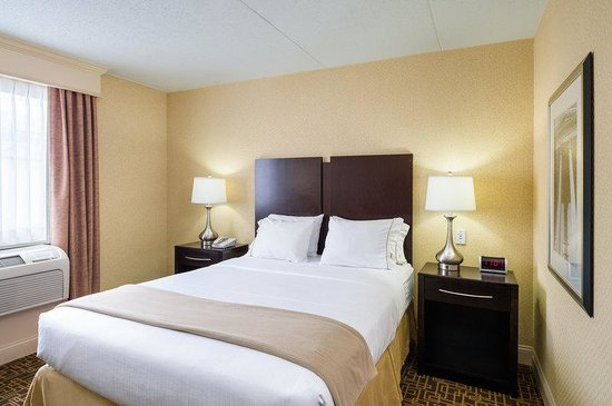 Holiday Inn Express Philadelphia E - Penns Landing: Queen Bed Guest Room In Accessible Rooms