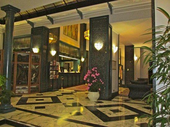 Hotel Berchielli: Lobby and front desk