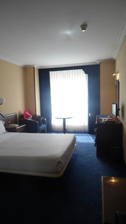 Gran Regente Hotel: cama, mesa