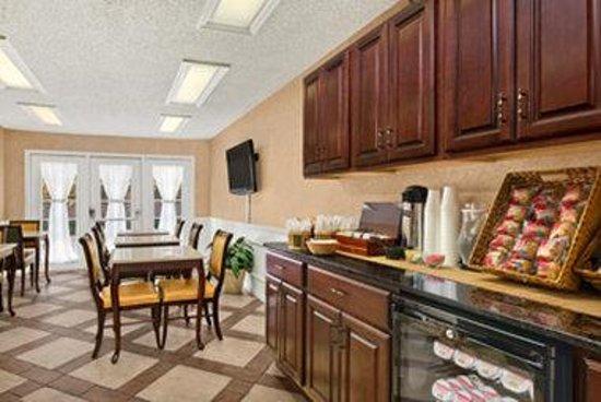 Baymont Inn & Suites Ozark: Breakfast Area