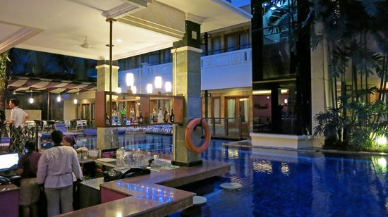Permata Kuta Hotel by Zeeti International: Pool & Bar