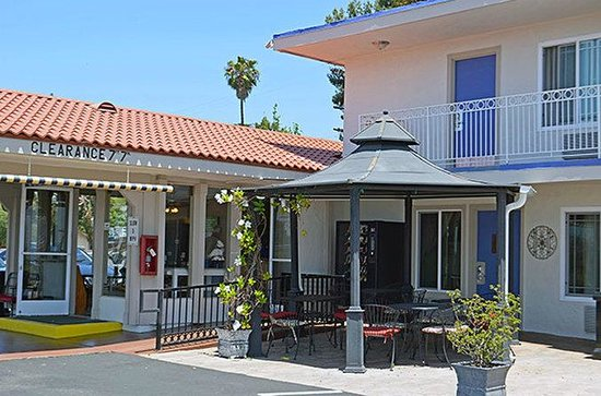 Motel 6 Vista: MExterior