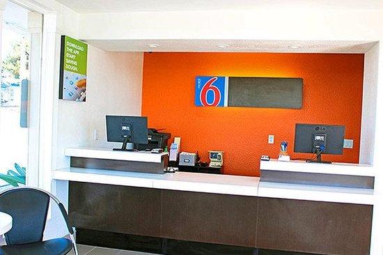 Motel 6 Vista: MLobby