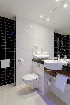 Holiday Inn Express Edinburgh Airport Guest Bathroom