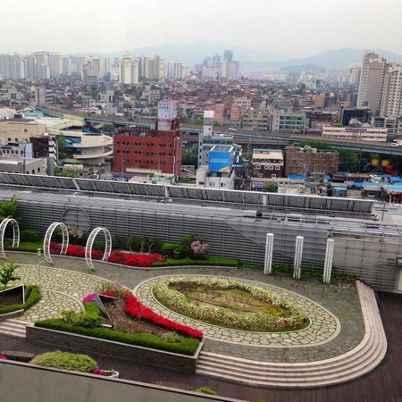 Courtyard by Marriott Seoul Times Square: Great view from room of city skyline, mountains, and urban garden!