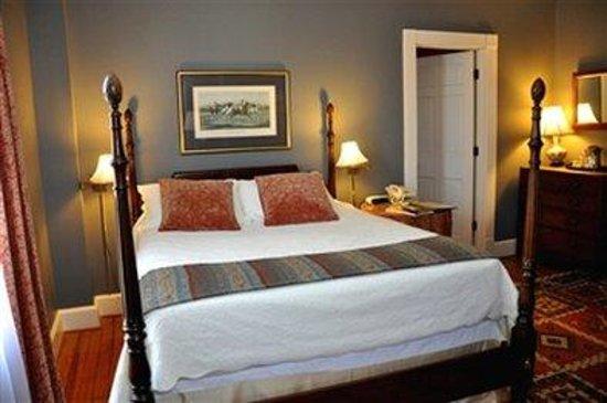 200 South Street Inn: Room