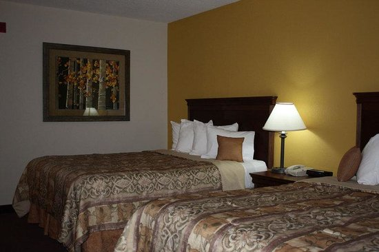 Saratoga Inn & Suites: Guestroom Two Beds
