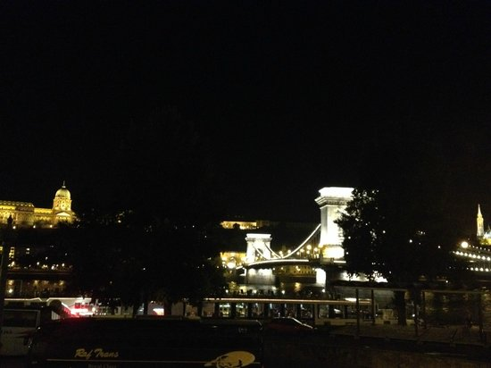 Sofitel Budapest Chain Bridge: View depan hotel ke Chain Bridge
