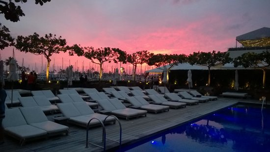 The Modern Honolulu : Pool at sunset