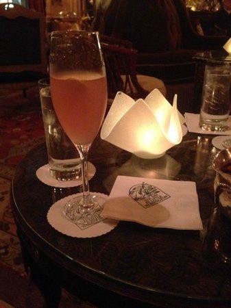 Inn at Little Washington: Drinks in the living room