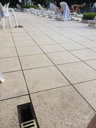 Atlantico Buzios Hotel : Uncovered drain with sharp metal debris next to the pool